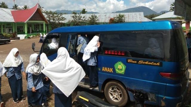 Mobil Antar Jemput Siswa MTsN 11 Tanah Datar